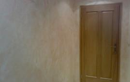 Malování stěny pokoje